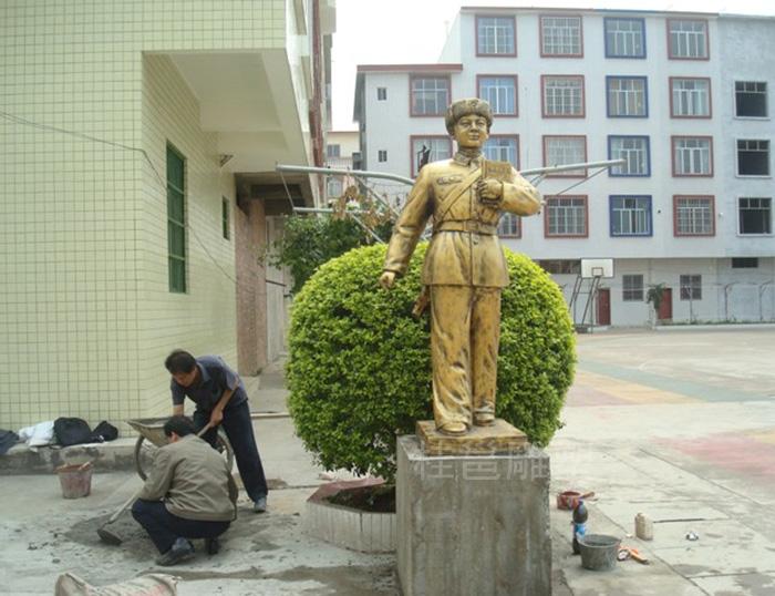 广西上林县民族实验学校所做的雷锋像
