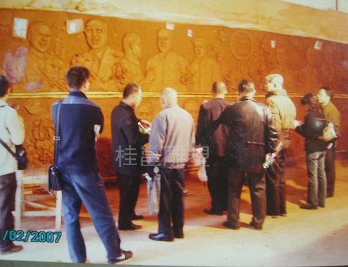 广州广雅中学邻导到本厂看为该校所雕塑泥稿